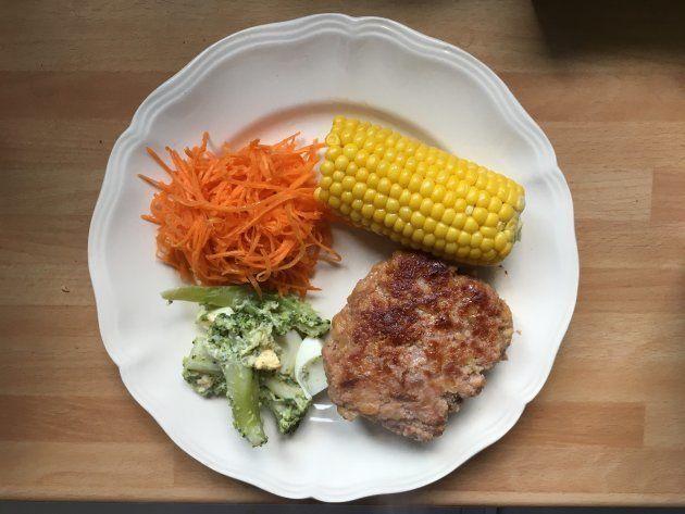 とうもろこし、ハンバーグ、人参サラダとブロッコリーサラダ →とうもろこしは一度に6本茹で、2食分の炭水化物にする。ハンバーグは一度に2食分作りおく。