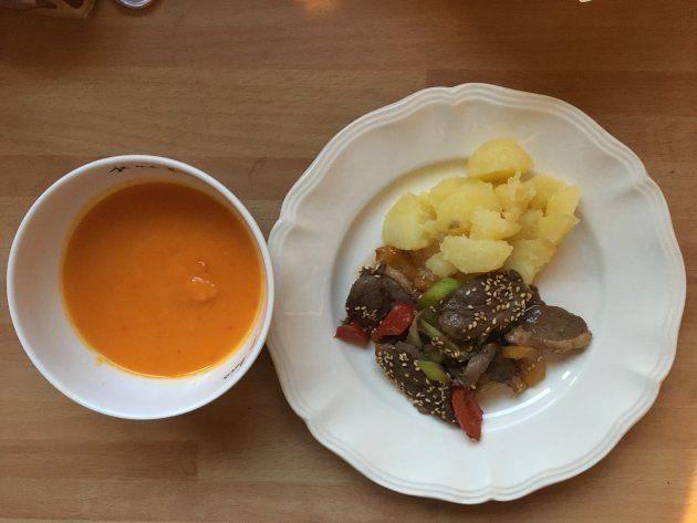 粉ふきいも、鴨と野菜の中華風炒め、人参とピーマンのポタージュ→粉ふきいもは料理家・長尾智子さんのレシピ。子どもたちにも好評だった。次男は炒めものに入っている赤&黄ピーマンとネギを除けて食べないので、野菜の一品としてポタージュを用意。