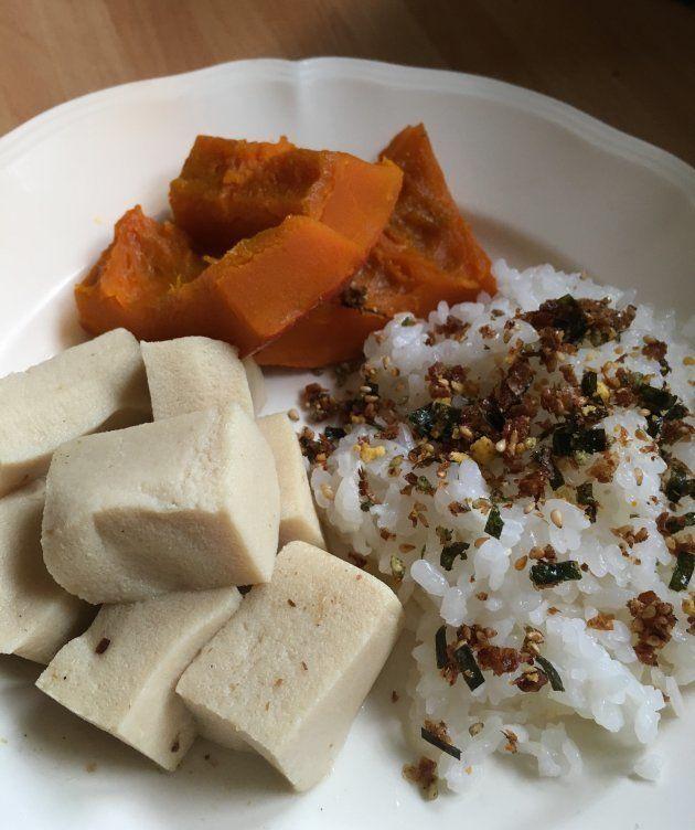 白米、高野豆腐の煮物、かぼちゃの炊いたの