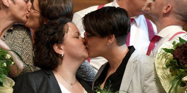 「この日を待っていた」ドイツで同性婚が合法化。カップルが喜びの挙式