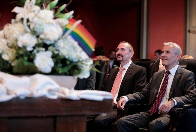 最初の同性婚カップルになった、カール・クレイルさん(左)とボードー・メンデさん。