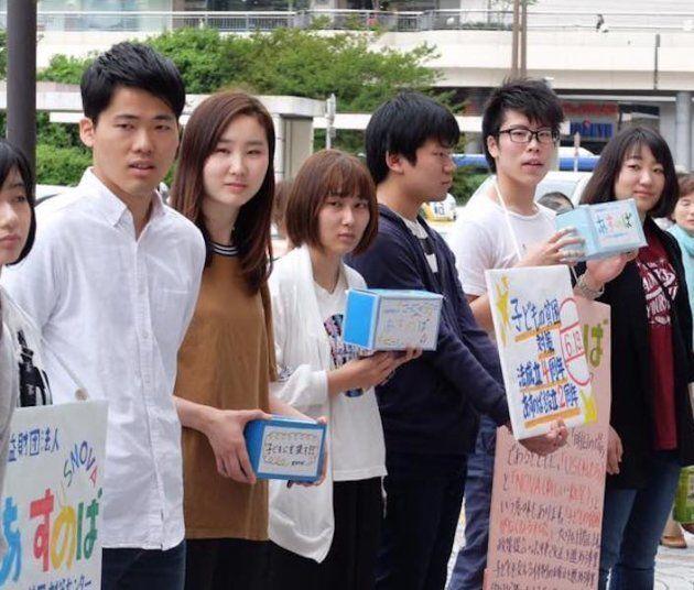 東京都内であすのばの募金活動を行う石川さん(右から2人目)たち