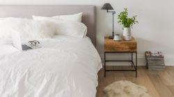 素敵なベッドサイドテーブルのある寝室48選