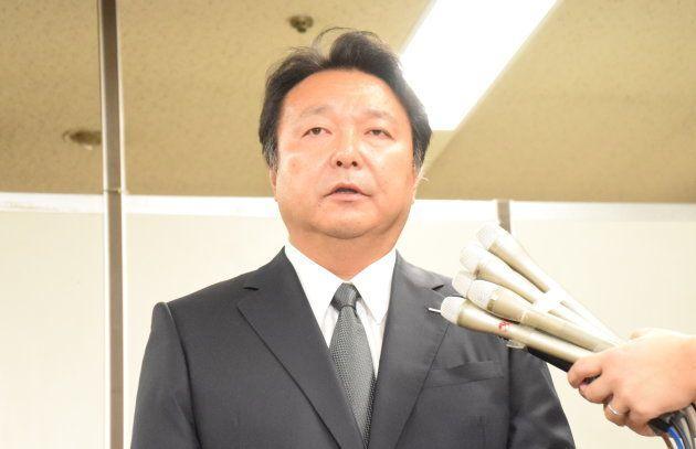 囲み取材に応じる電通の山本敏博社長