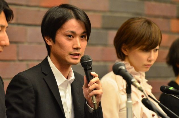 記者団の取材に応じる増田被告