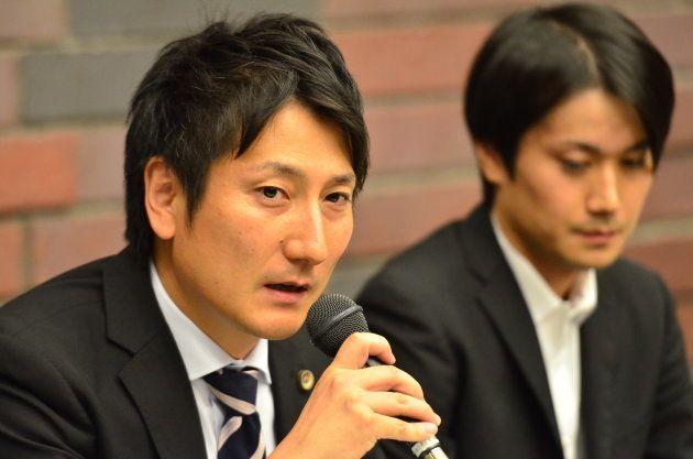 発言する三上岳弁護士(左)