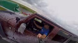 自撮り棒で自分の事故をバッチリ激写。って危ないだろ!(動画)