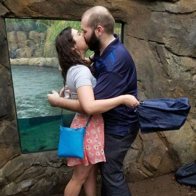 交際1年のカップル、カバに見守られて永遠の愛を誓う