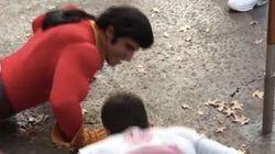 「美女と野獣」のガストンがディズニー・ワールドで客と腕立て伏せで競争する