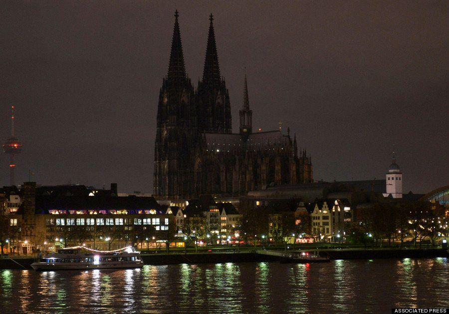 ドイツで広がる反イスラム・反移民デモ ケルン大聖堂など「抗議の消灯」(画像)