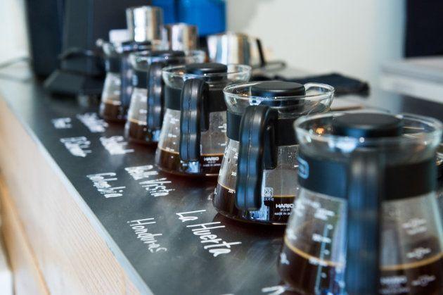 店頭で、試飲用に5~6種類のコーヒーがミニサーバーで並べられている。