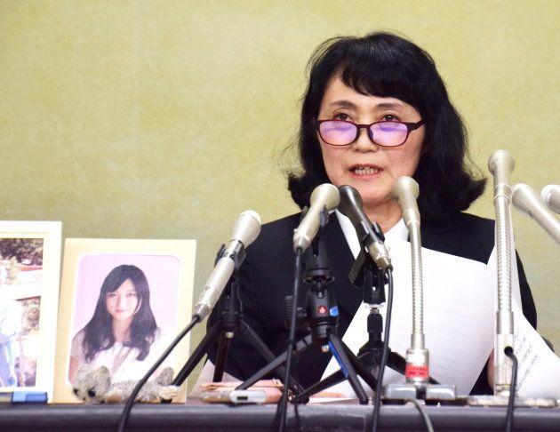 高橋まつりさんの遺影を置いて記者会見をする幸美さん(2017年10月6日撮影)