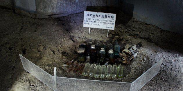 戦後、壕の入り口付近の地中で発見された200点あまりの医薬品の一部。当時の状況などから、必要に応じて戻ってまた使おうと、撤退時に一時的に隠したものと考えられている。72年前から一度も開封されていない、リンゲル、ヨードチンキ、軟こうの瓶=2017年9月28日、沖縄県南風原町