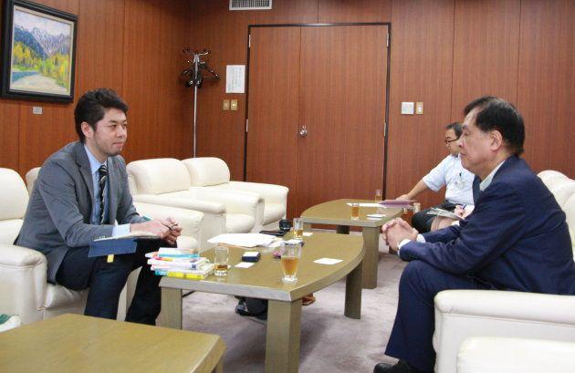 取材をするハフポスト日本版の竹下隆一郎編集長(左)