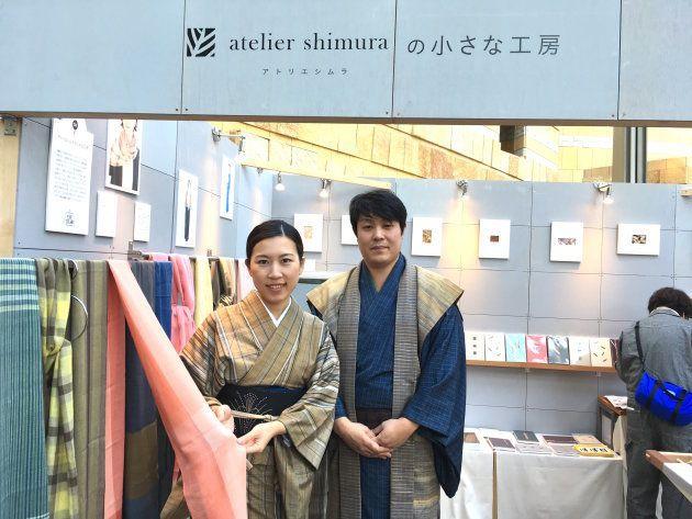 染織家で人間国宝の志村ふくみさんと、娘の志村洋子さんを継承するブランドのショップ「アトリエシムラの小さな工房」。手染めの糸で織ったストールなどを販売している。