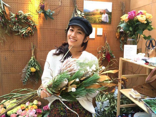 プロテアのスワッグを持つ「世界の花屋」の前田さん