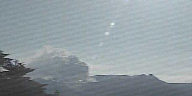 監視カメラが撮影した10月11日午前8時の新燃岳