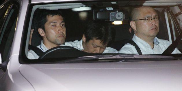 東名高速道路で夫婦が交通事故死した事件で逮捕され、神奈川県警本部に入る石橋和歩容疑者(中央)=10日夜、横浜市中区