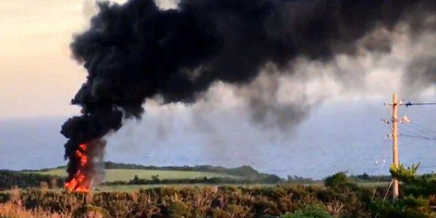 11日午後、沖縄県東村で米軍ヘリが炎上したとみられる様子。大きな炎とともに、黒い煙が立ち上っている=ツイッターから