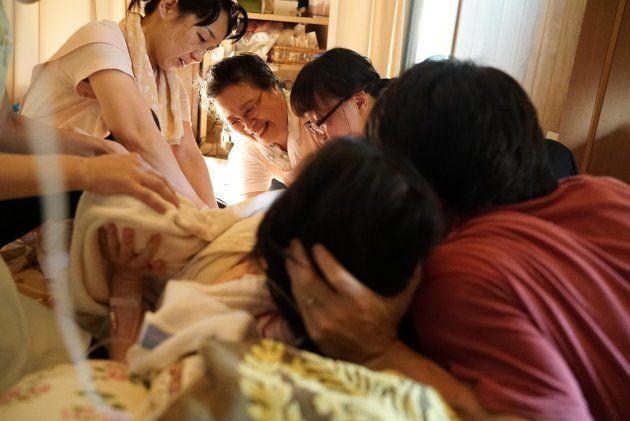 陣痛が強くなるまで何日もかかった長いお産が、まもなくクライマックスを迎えようとしています。