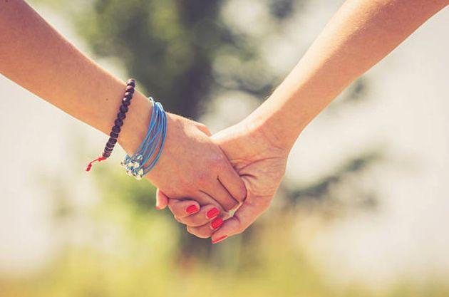 ゲイカップルが目の前で手をつないでいた。その時あなたにできること。