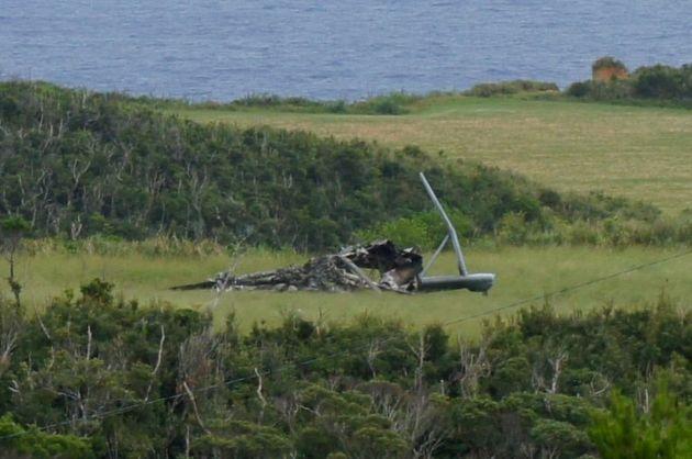 「墜落」したように見える米軍ヘリの残骸=10月12日、沖縄県東村高江