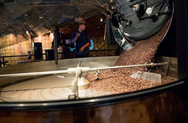 大型焙煎機で新鮮なコーヒー豆を焙煎する。