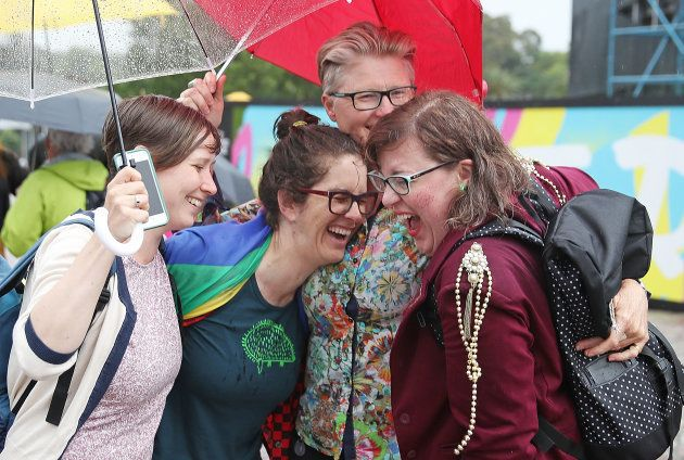オーストラリアで、同性婚合法化を喜ぶ人たち。
