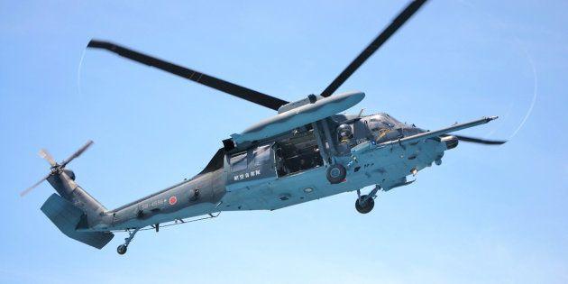 航空自衛隊浜松救難隊のヘリコプター「UH-60J」=2017年8月4日、静岡市の清水港