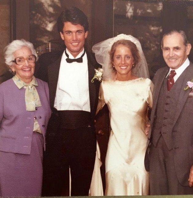 マータさんの結婚式。グランデ(左)とグランデの夫マニュエル・モレノさん(右)と一緒に撮影。グランデがこの時に着ているブラウスとスーツも、グランデ自身の手作り