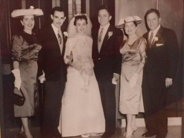 アニータさんとパブロさんの結婚式。お互いの両親と一緒に撮影。