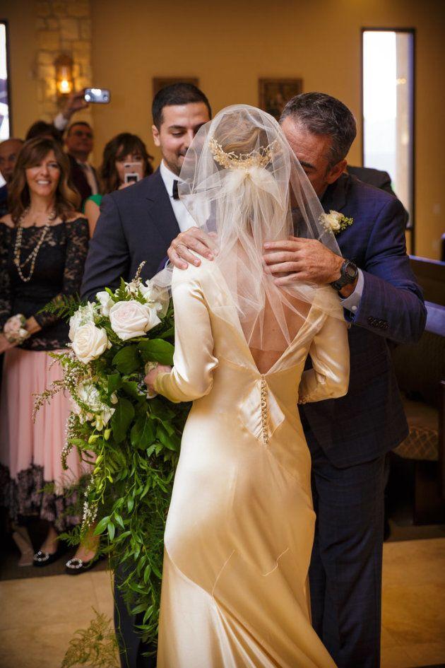 ピラーさんの結婚式。背中のVラインデザインは、母親のマータさんが結婚する時に手直ししたもの。