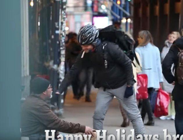 配達人「良いクリスマスをお過ごし下さい」。ジャックさん「ありがとう。彼にどうやって御礼を言えばいいんですか」