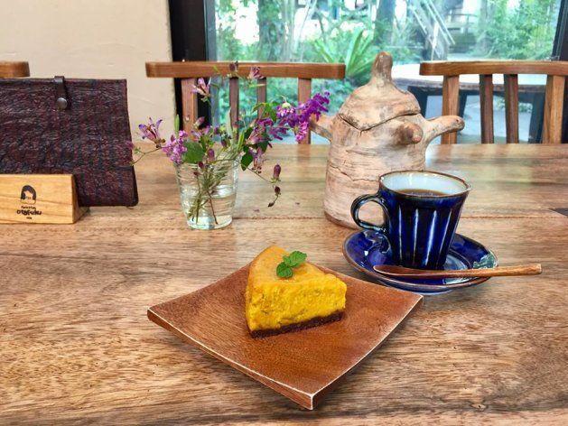 パスタ&カフェ「Otafuku」。テーブルや椅子は、木の工房のオリジナルだ