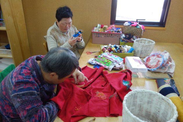 入所者の人々は、刺しゅう、織りなどを1着につき何年も手がける人もいるそう