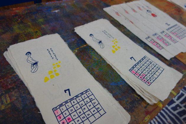 和紙・造形のアトリエはしょうぶ学園のカレンダー作りの大詰め作業の真っ只中