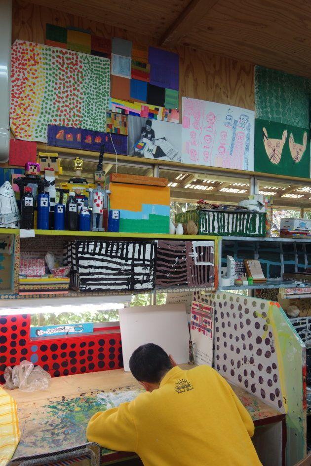 入所者の中にはアーティスト・イラストレーターとして雑誌や旅行ガイドの表紙を飾る作品を創り上げる人も