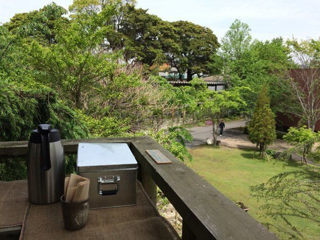 天気が良ければ、中庭に面したツリーハウスの屋外席でカフェのメニューを楽しめる