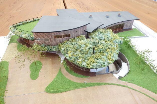 職員室に置かれていた建物の模型。右奥が講堂、左奥がデイサービス・支援エリア、手前の緑の屋根が食堂。今のしょうぶ学園から、通りを挟んだ向かい側にできる予定だ