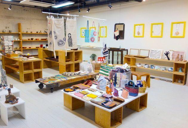 彼らの作品は敷地内のショップで購入することができる。雑貨店や器店の「作家もの」と同じような視点で、時間を忘れて作品を品定めしてしまう