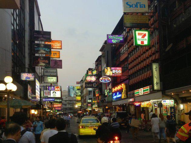 タイ・バンコクの「リトルトーキョー」タニヤ通り。在住日本人向けの飲み屋がたくさん。