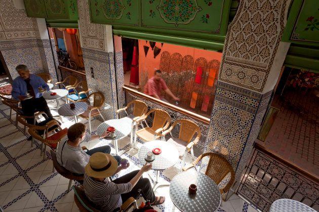 モロッコ・マラケシュの夜。カフェでお茶を楽しむ人々。