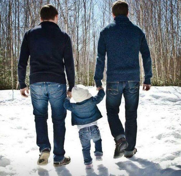 ジョン(左)とネイサンと手をつないで歩くブリン