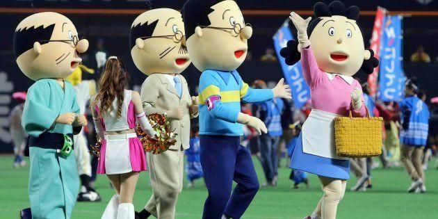 試合前の始球式に登場したサザエさん一家=2016年4月29日、福岡ヤフオクドーム