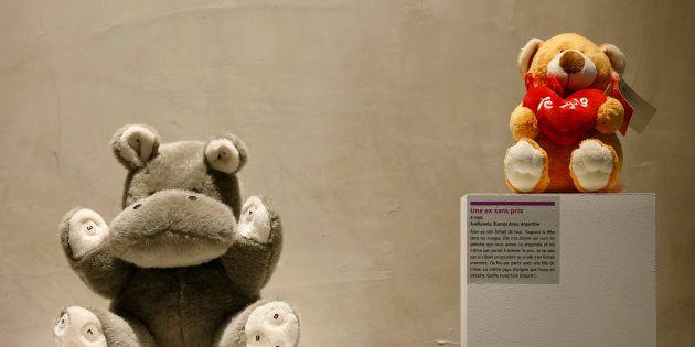 パリで開かれた「別れの博物館」で展示された、昔の彼女にもらったクマとカバのぬいぐるみ。