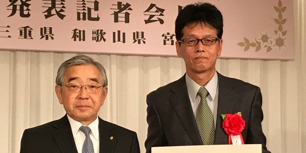 第5回「古代歴史文化賞」大賞を受賞した小畑弘己・熊本大教授(右)と溝口善兵衛・島根県知事。