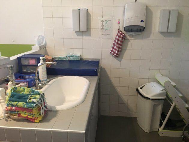 パリ市内保育所のおむつ換えコーナー。どこの保育所もほぼこのフォーマットで統一されている。