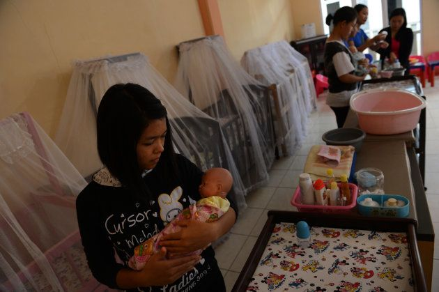 シンガポールや香港などでメイドとして働くにあたり、保育の実習を受ける、インドネシアの女性たち