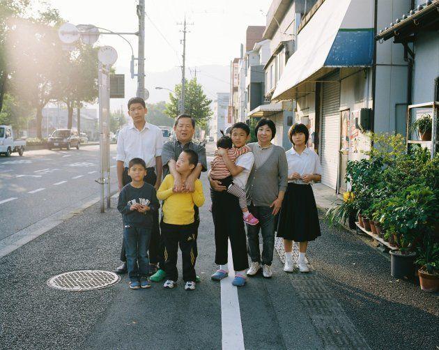 広島でファミリーホームをしている稲垣家。てんちゃんはお父さんが大好きで、撮影中もついついお父さんの方を見てしまう。