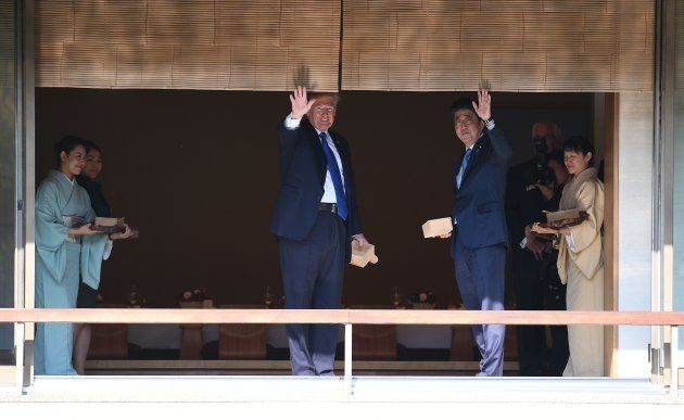 バサァ…トランプ大統領、コイの餌やりが豪快すぎる